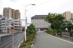 河内松原駅の北西出口を出て、つきあたりを右